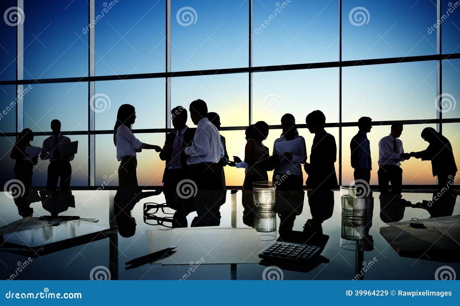 Grupo de hombres de negocios que discuten en una sala de conferencias