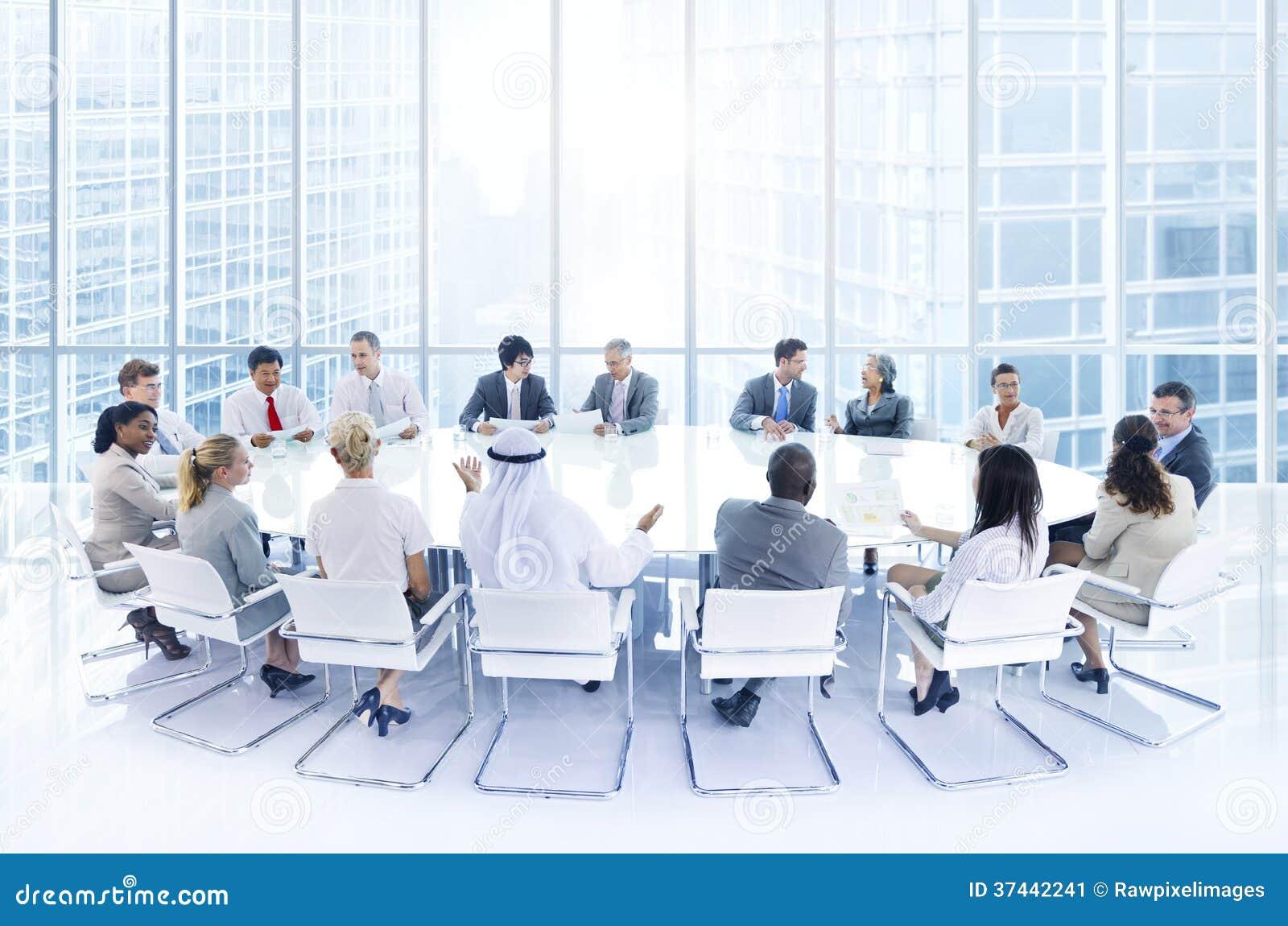 Grupo de hombres de negocios que se encuentran en la oficina