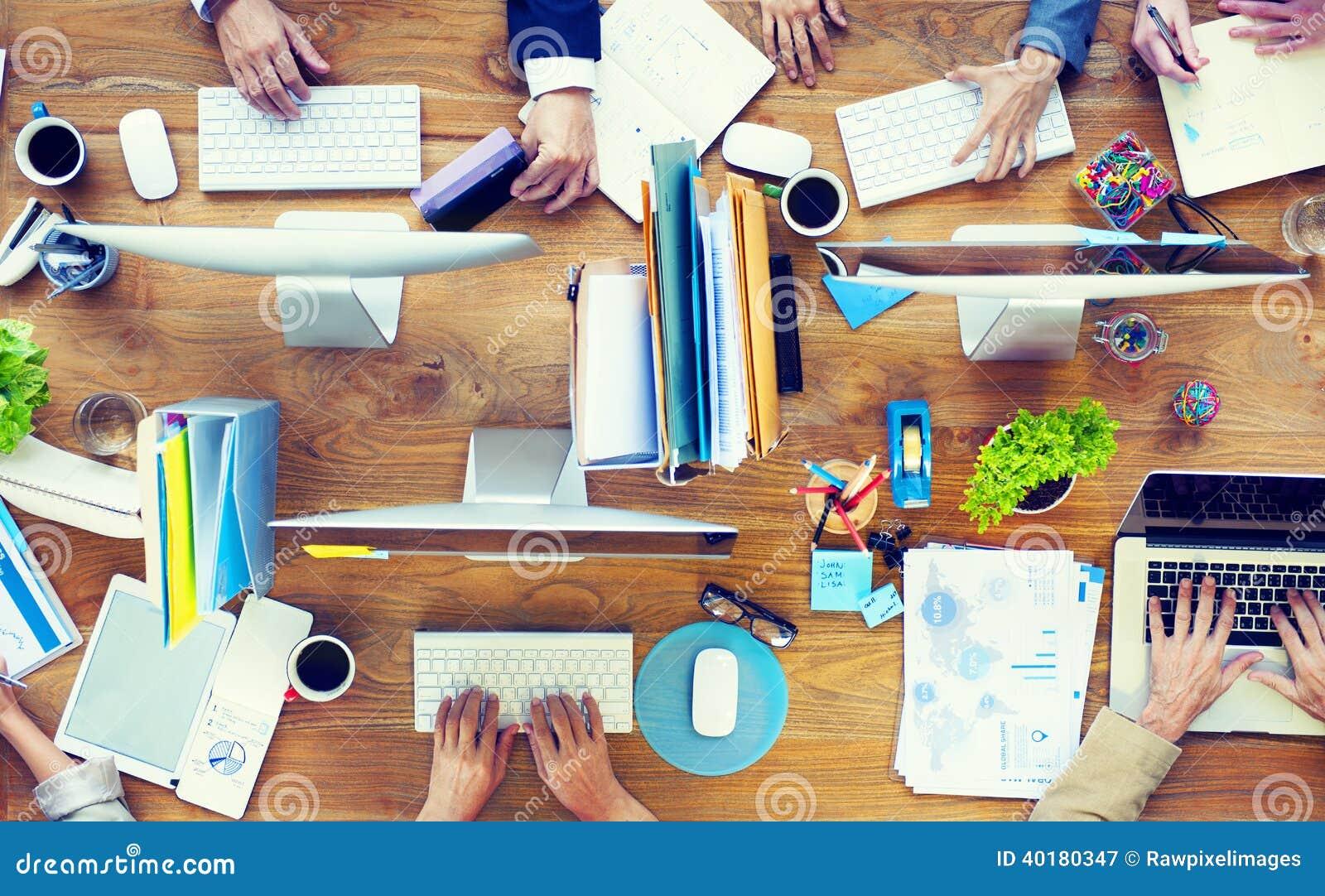 Grupo de hombres de negocios que trabajan en un escritorio de oficina