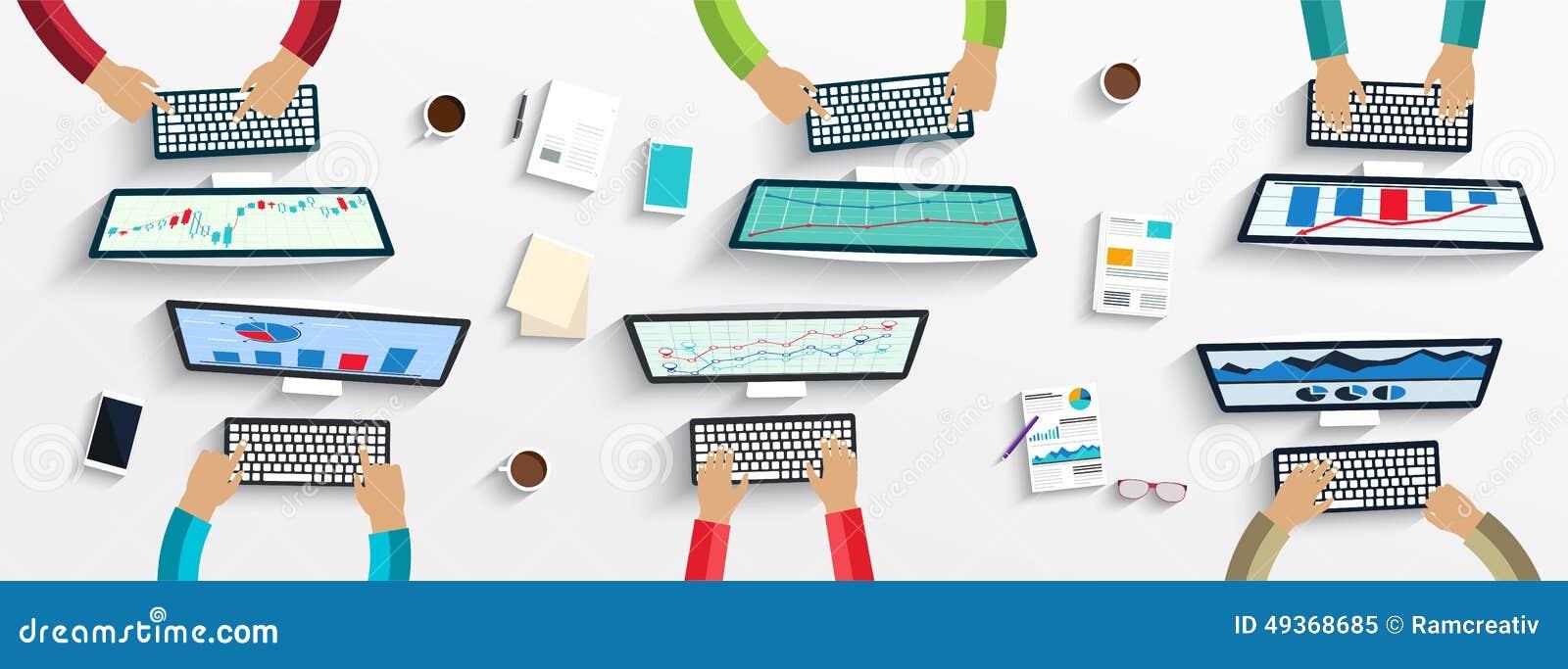 Grupo de hombres de negocios que trabajan usando los dispositivos digitales en los ordenadores portátiles, ordenadores