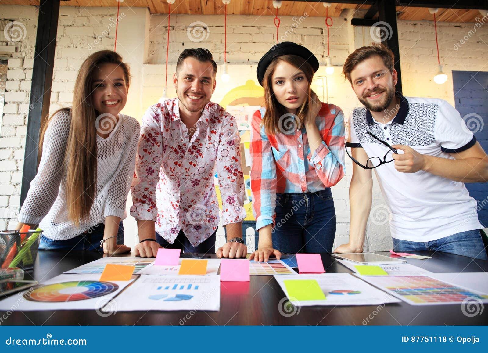 Grupo de hombres de negocios y de diseñadores jovenes Ellos que trabajan en nuevo proyecto Concepto de lanzamiento