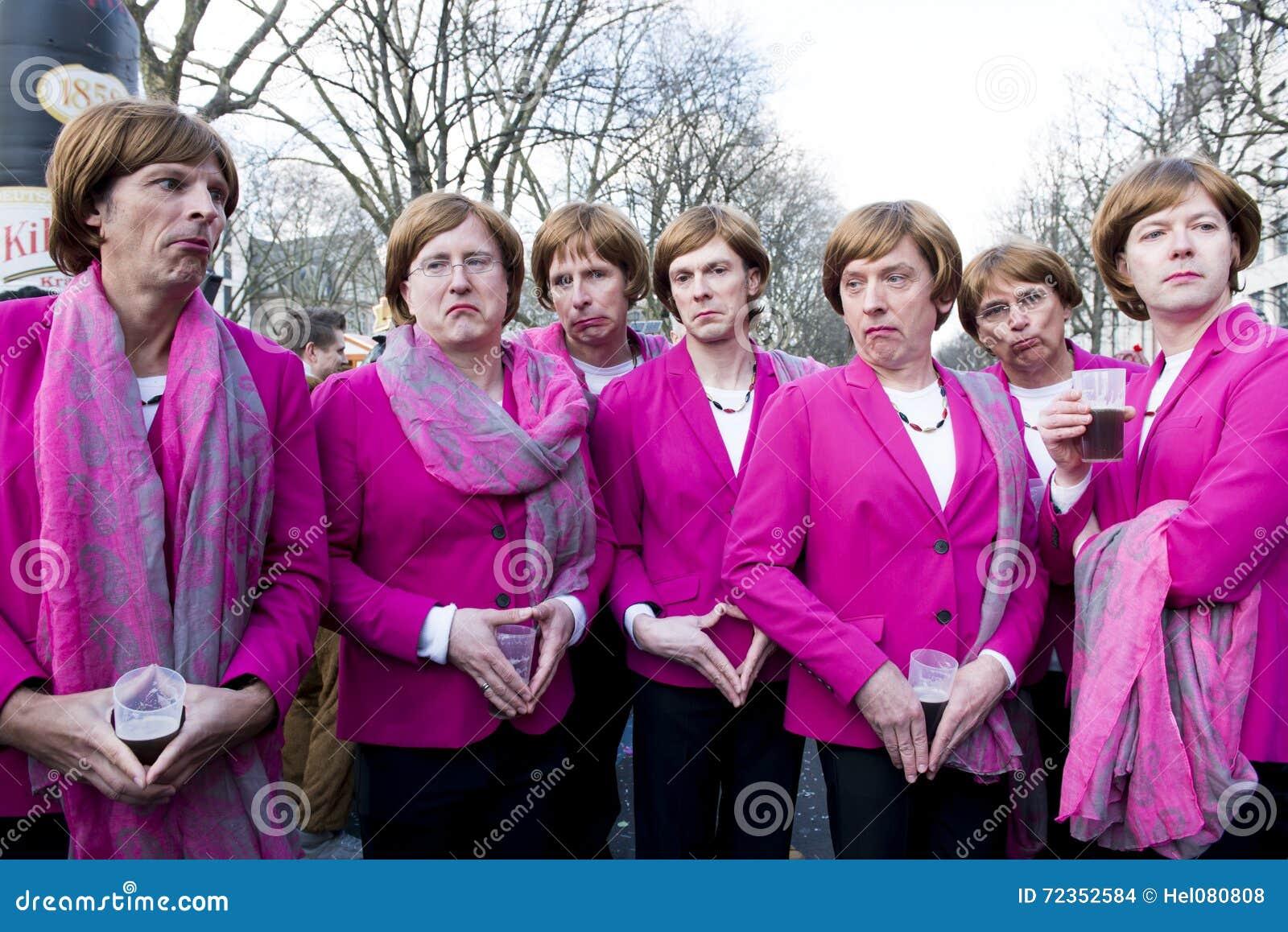 Grupo de hombres jovenes que presentan como Angela Merkel