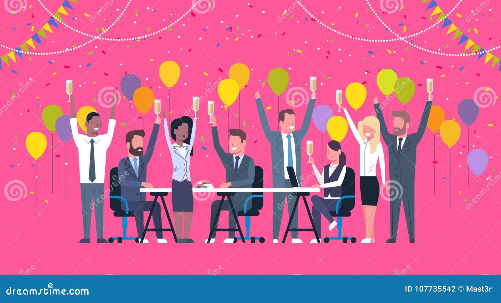 Grupo de hombres de negocios diversos alegres de la celebración del éxito de la raza feliz Team Hold Raised Hands Sitting de la m