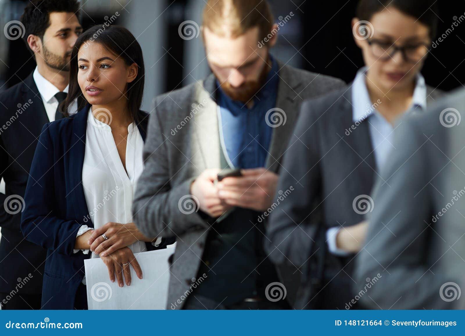 Grupo de hombres de negocios multiétnico en línea