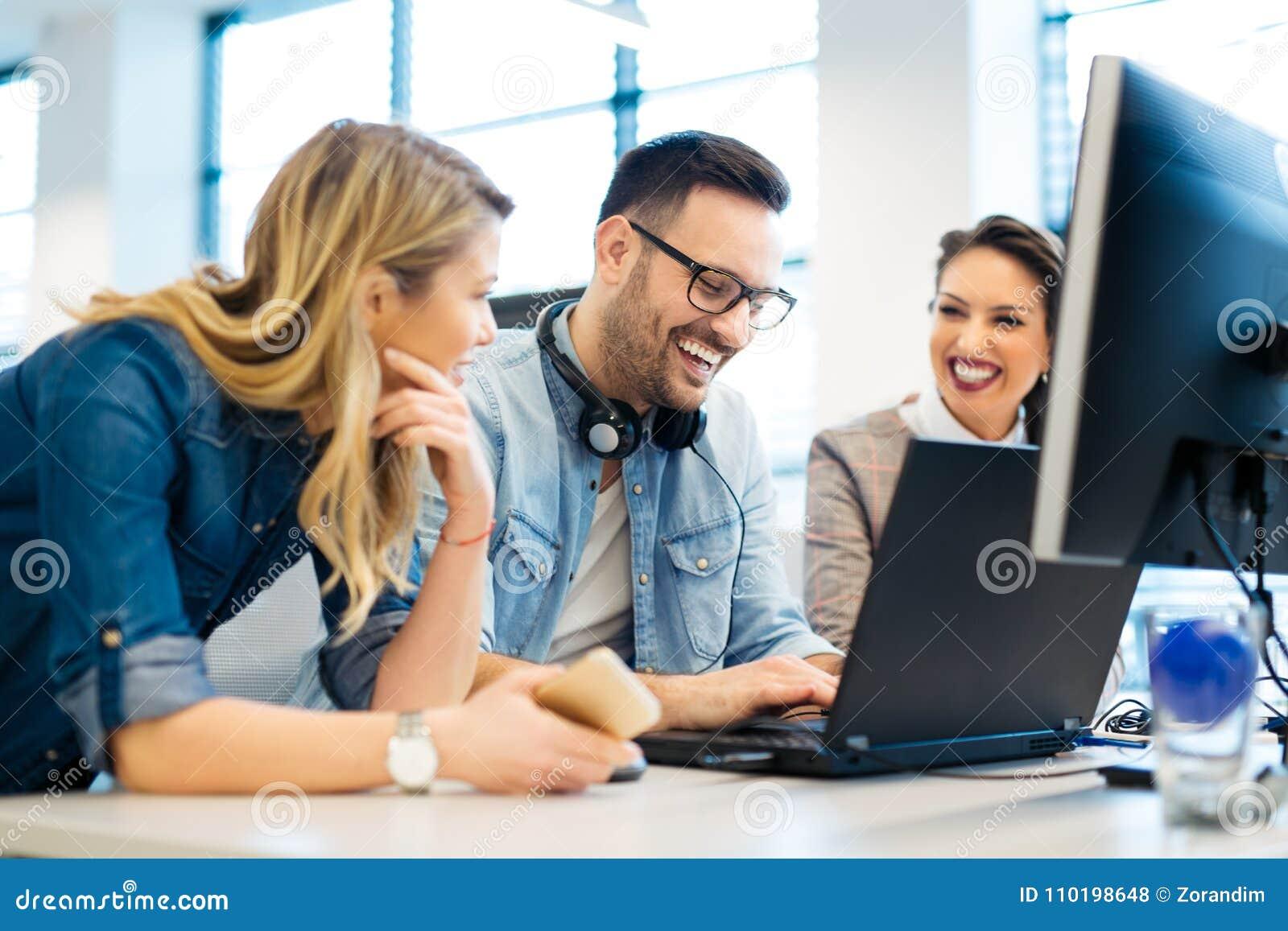 Grupo de hombres de negocios y de desarrolladores de software que trabajan en equipo en oficina