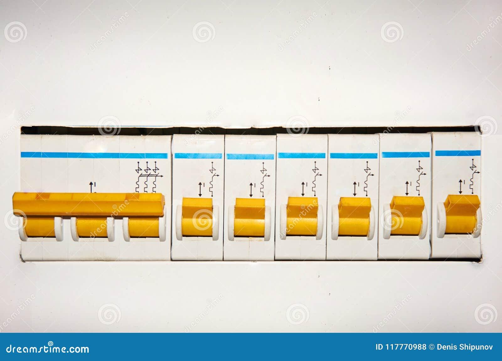 Grupo de interruptores eléctricos automáticos en un fondo blanco