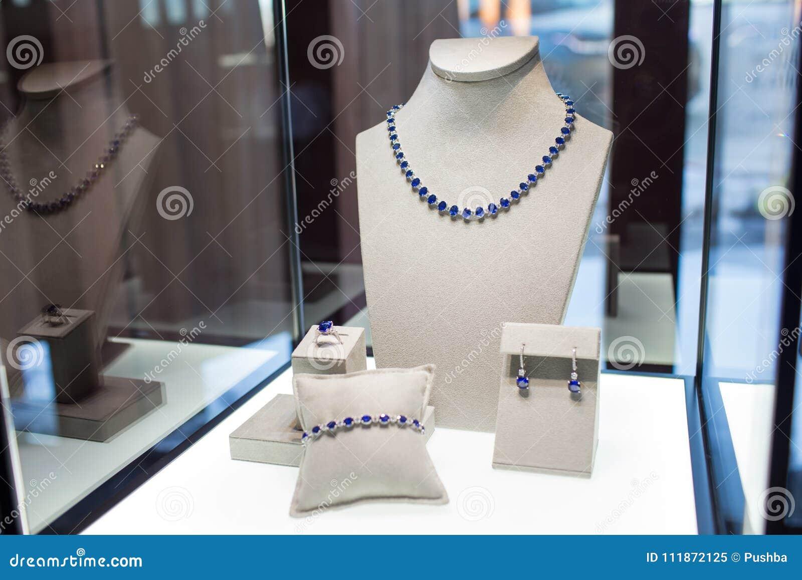 Grupo de joia com pedras azuis: colar, bracelete, anel e brincos