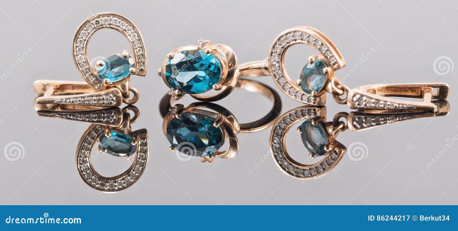 Grupo de joia do ouro com pedras do topázio