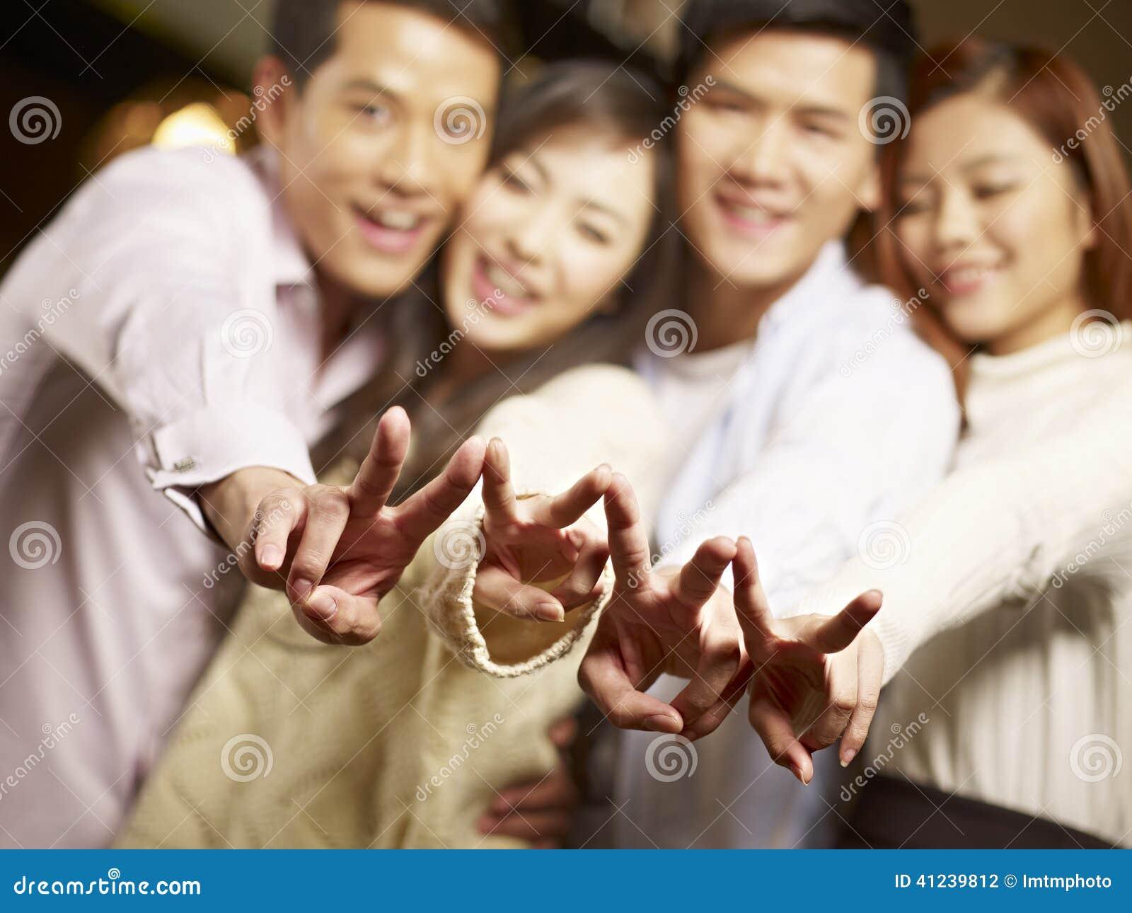 Grupo de joven que se divierte en barra