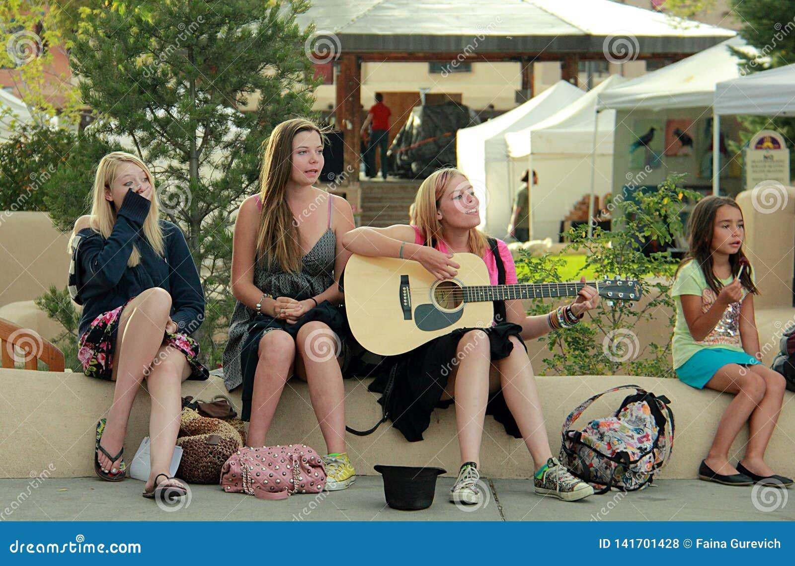 Grupo de jovens mulheres no centro de Taos