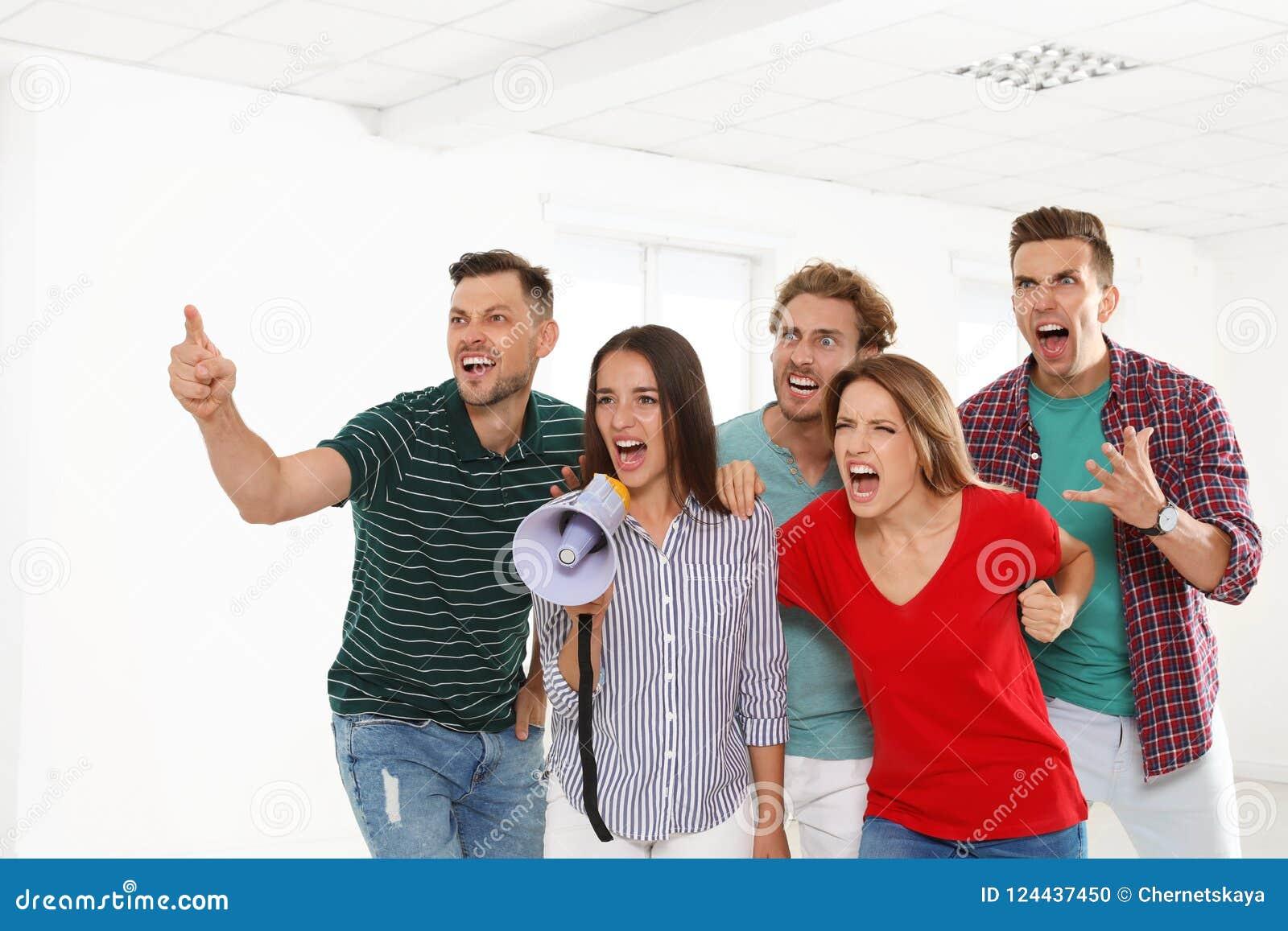 Grupo de jovens de protesto com megafone