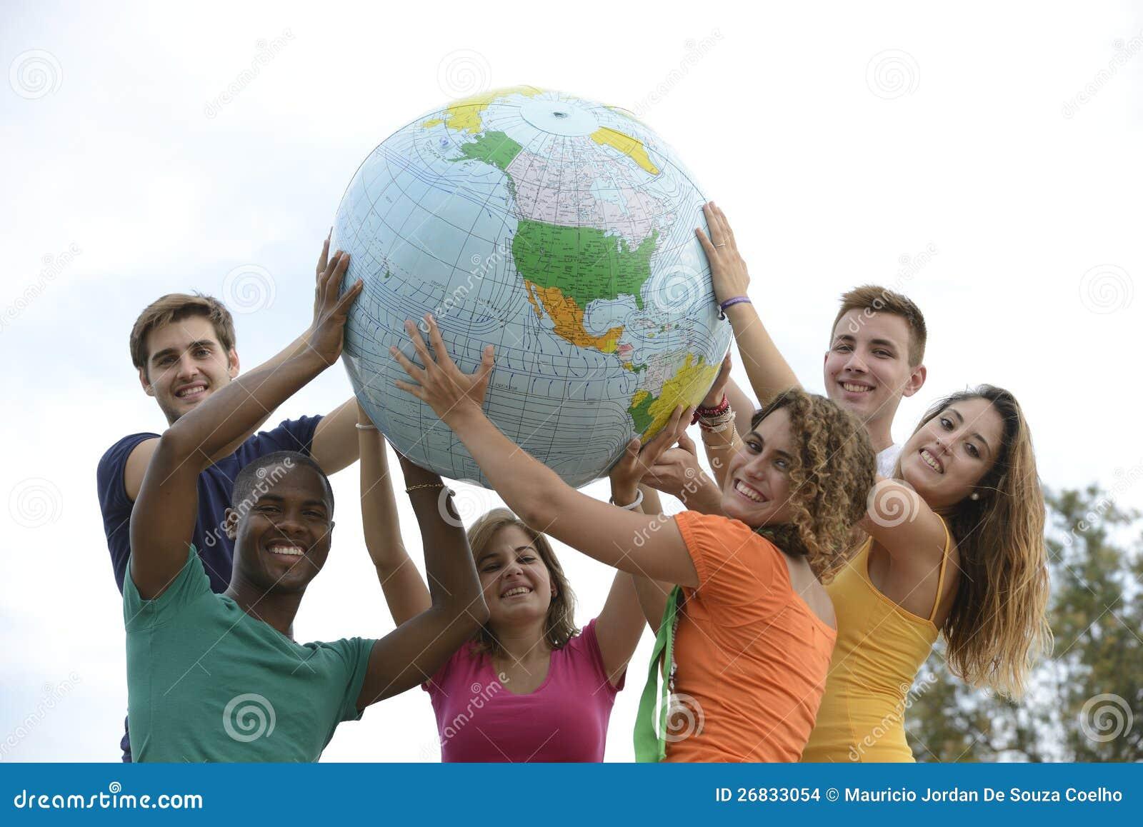 Grupo de jovens que prendem uma terra do globo