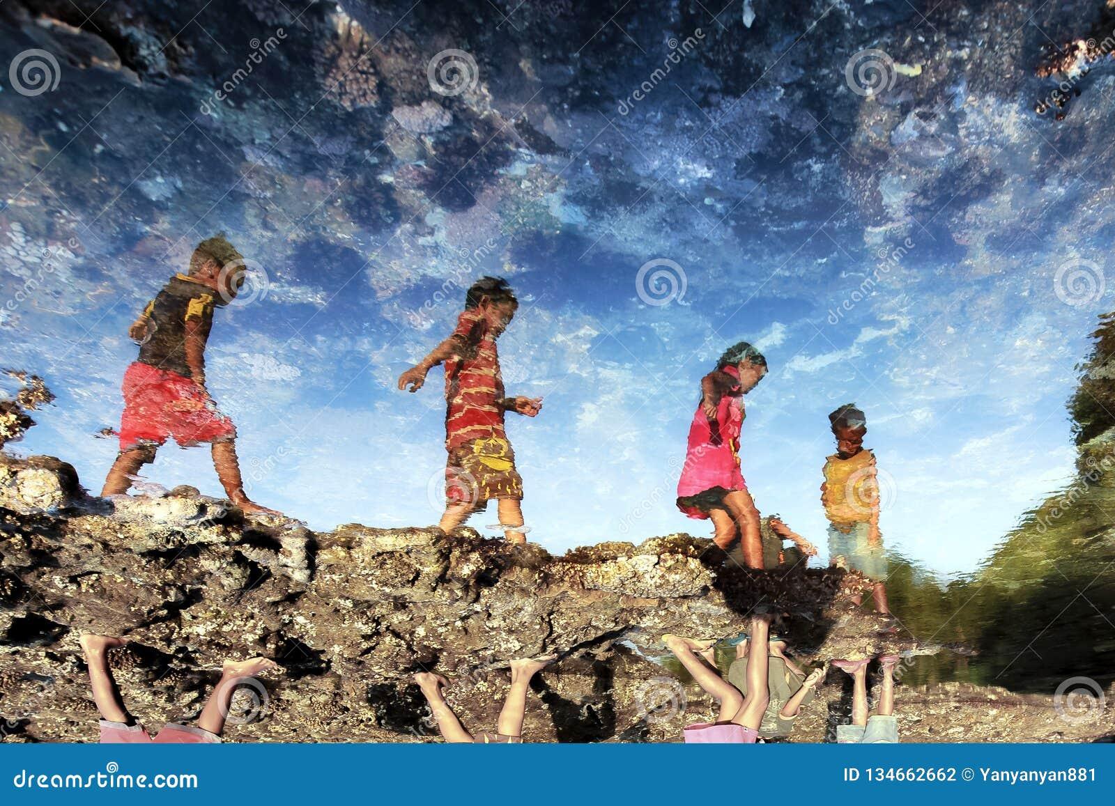 Grupo de juego de niños del país en vías de desarrollo en la playa