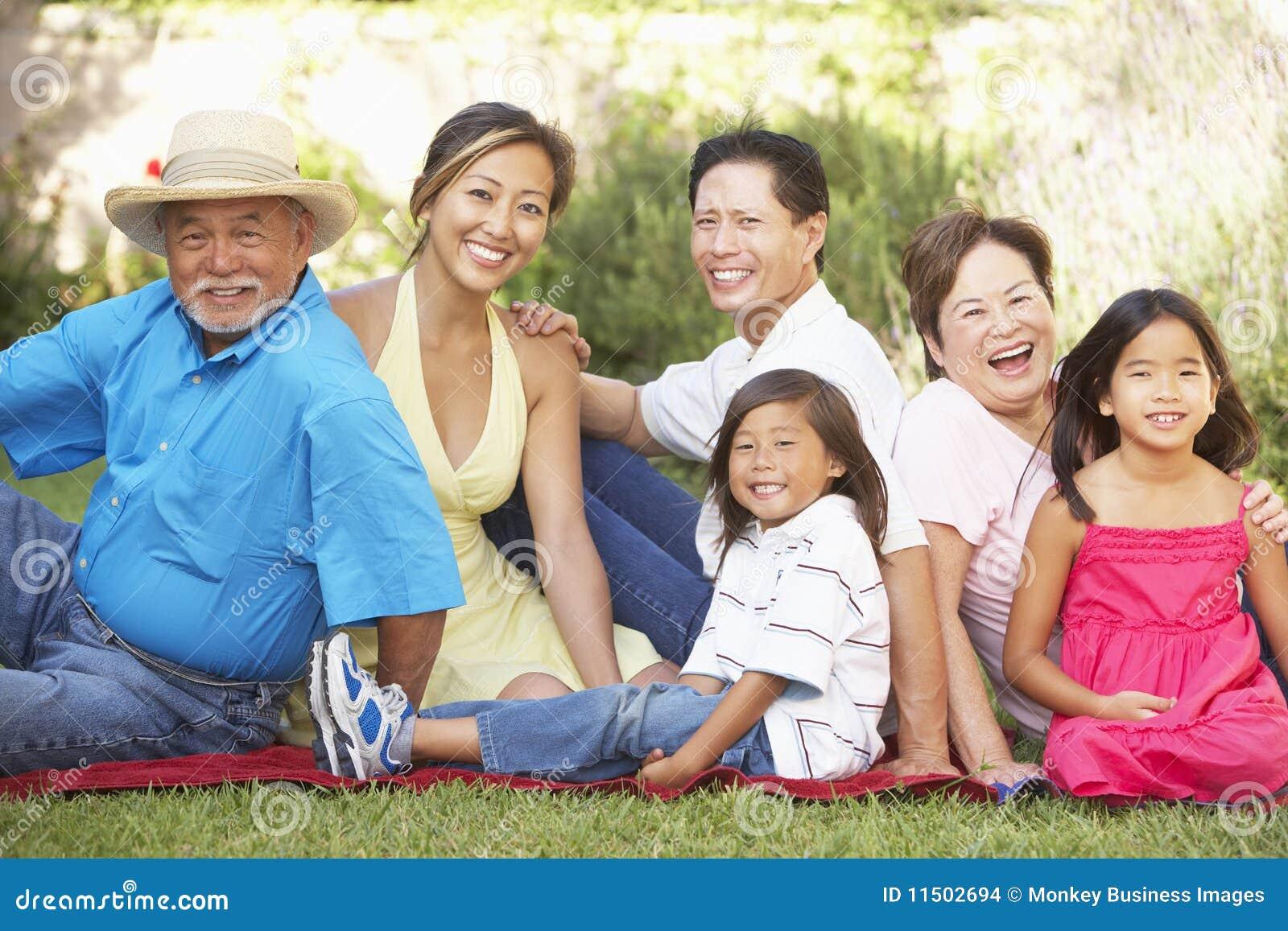 Grupo De La Familia Extensa Que Se Relaja En Jard N