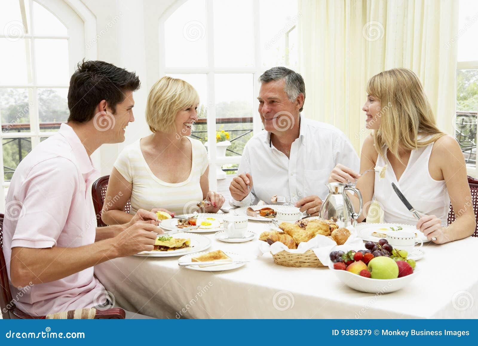 Grupo de la familia que goza del desayuno del hotel