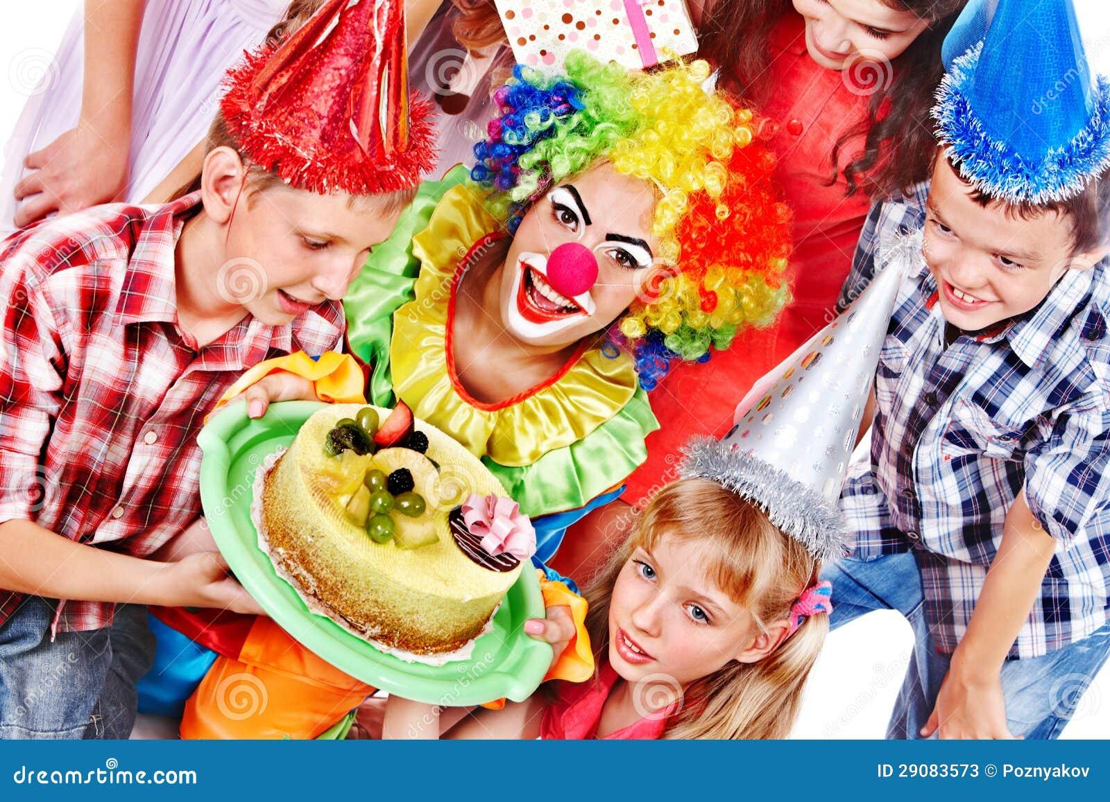 Grupo de la fiesta de cumpleaños de niño con la torta.