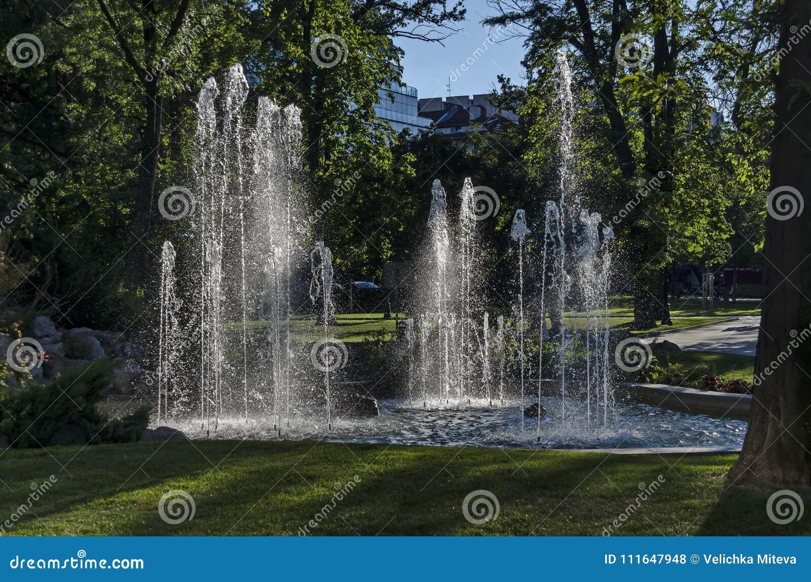 Grupo De Las Pequenas Fuentes De Agua Que Fluyen En Jardin De - Diseo-de-fuentes-de-agua