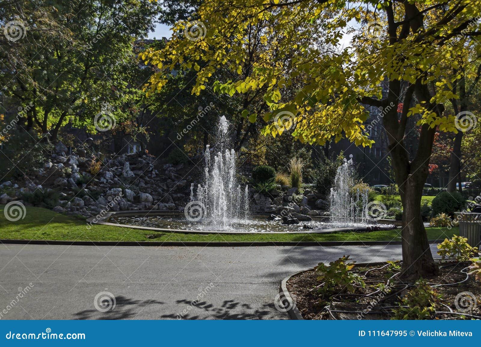 Grupo De Las Pequenas Fuentes De Agua Que Fluyen En Jardin De - Fuentes-agua-jardin