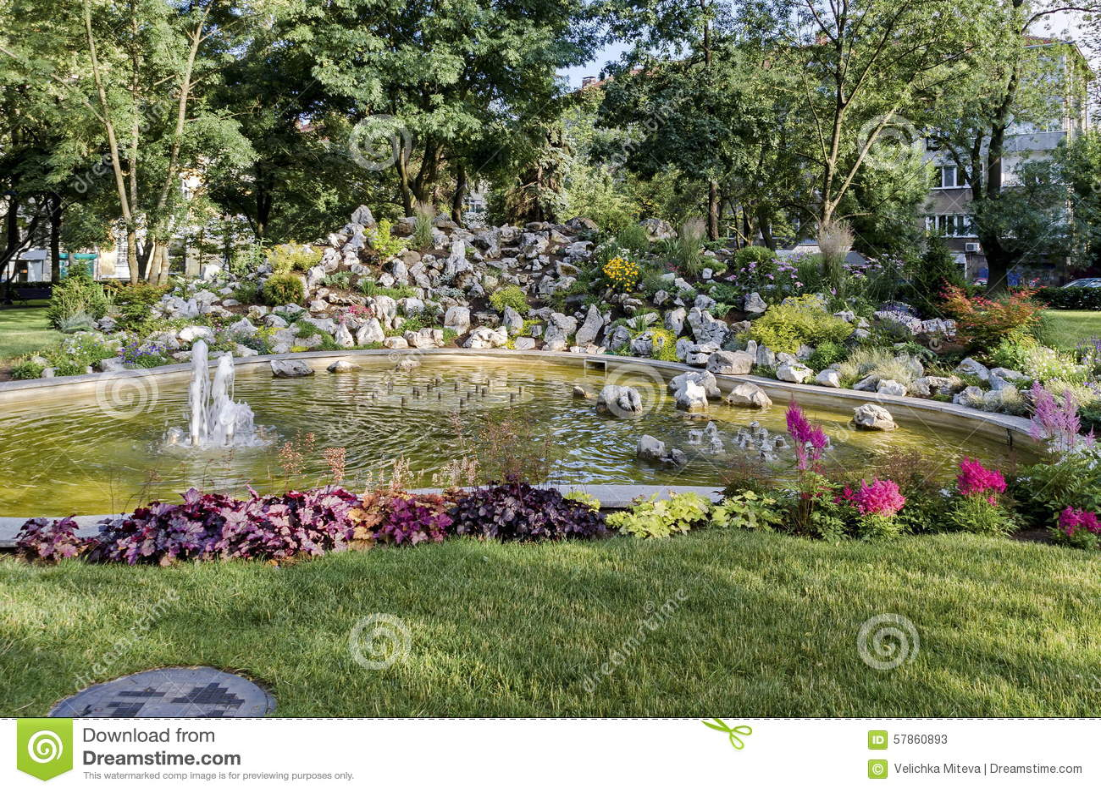Grupo de las peque as fuentes de agua que fluyen en jard n - Fuentes de jardin pequenas ...