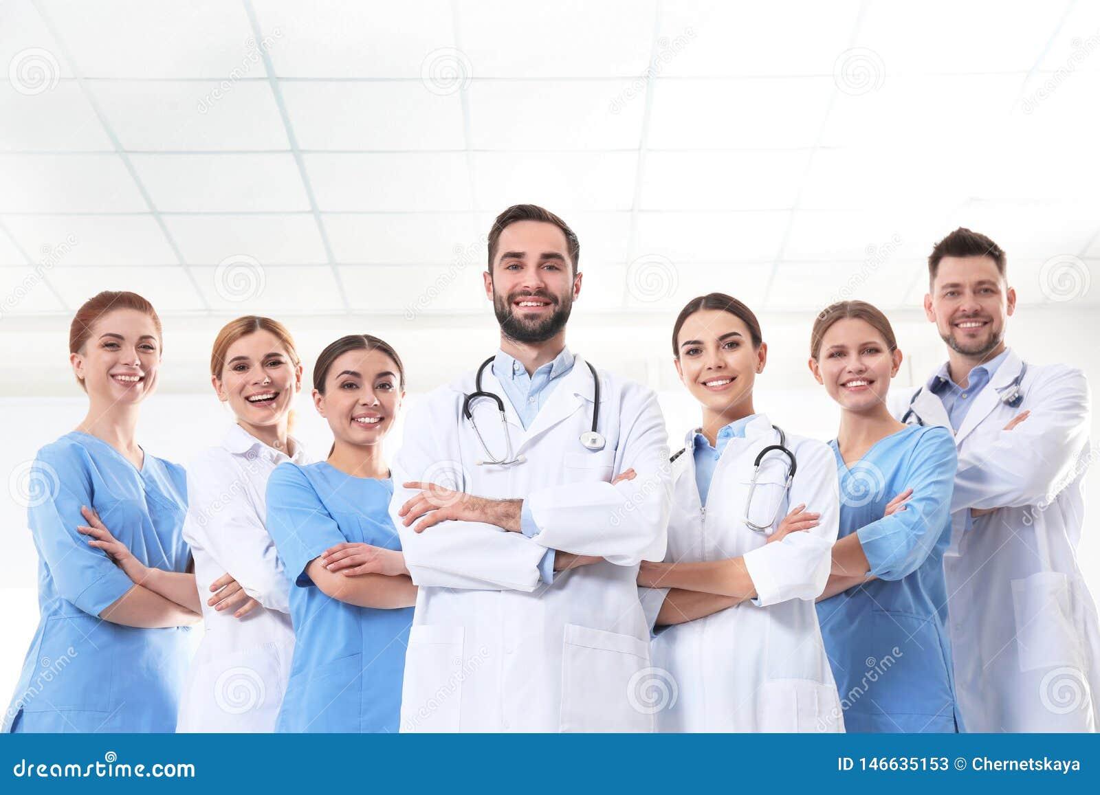 Grupo de médicos na clínica