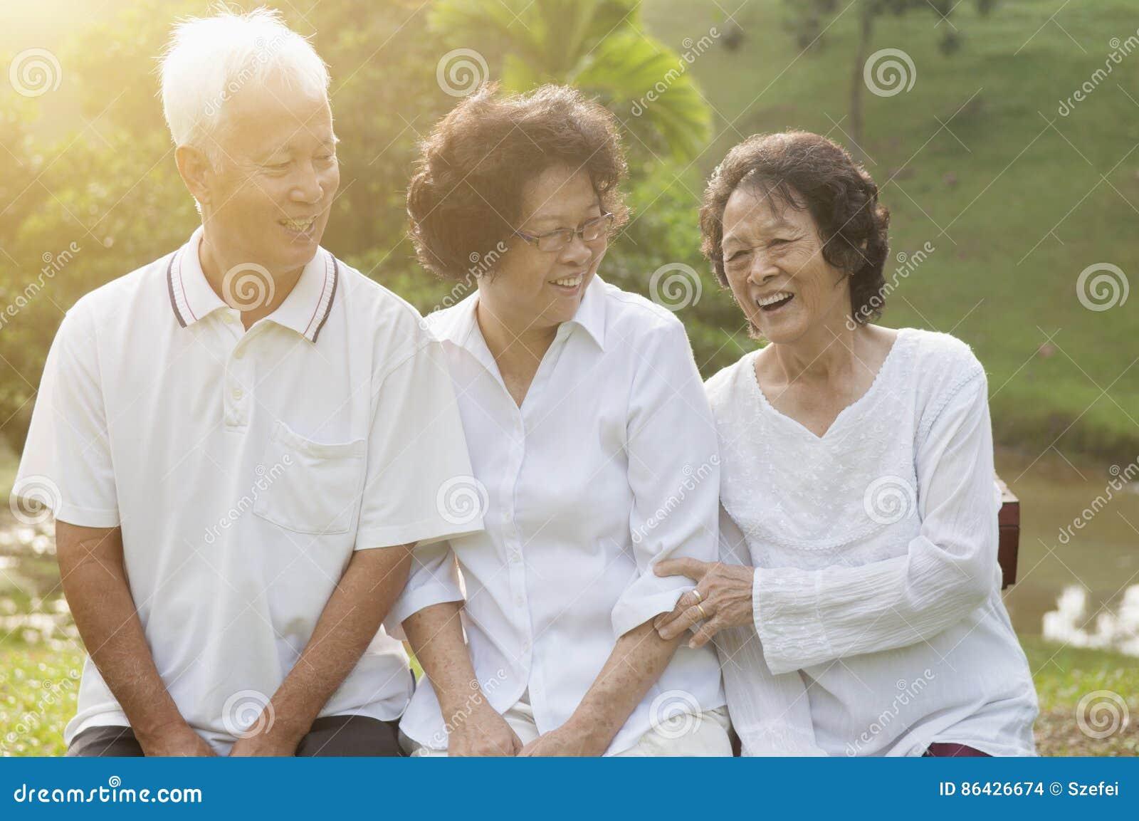 Grupo de mayores asiáticos en el parque al aire libre