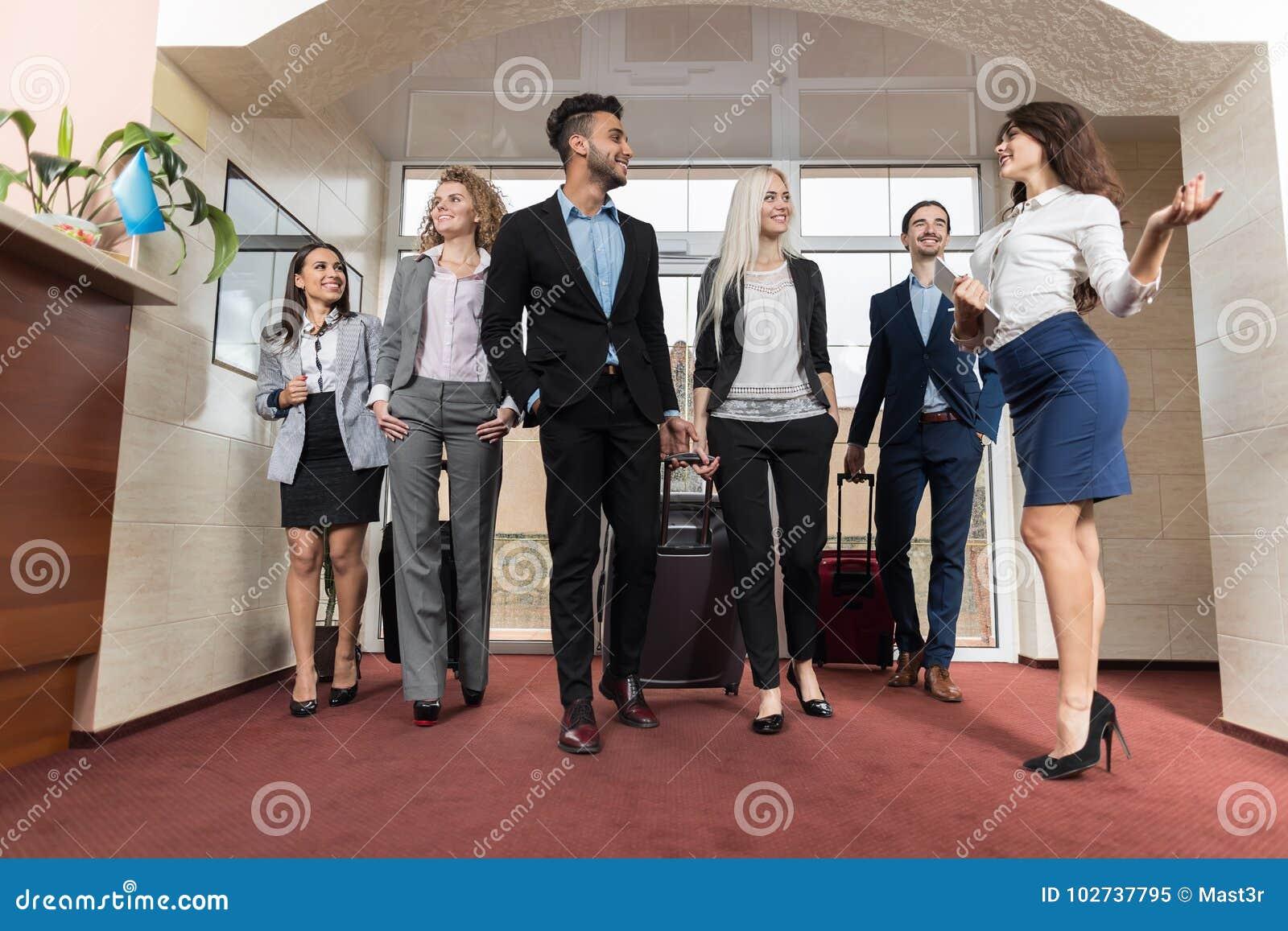 Grupo de Meeting Business People del recepcionista del hotel en pasillo