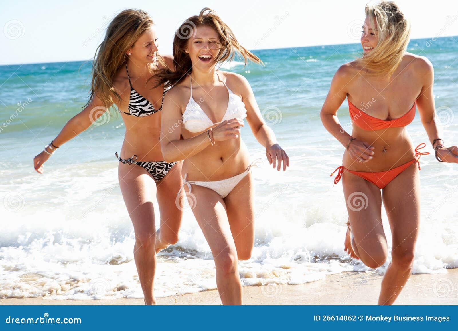 Grupo de meninas no feriado da praia