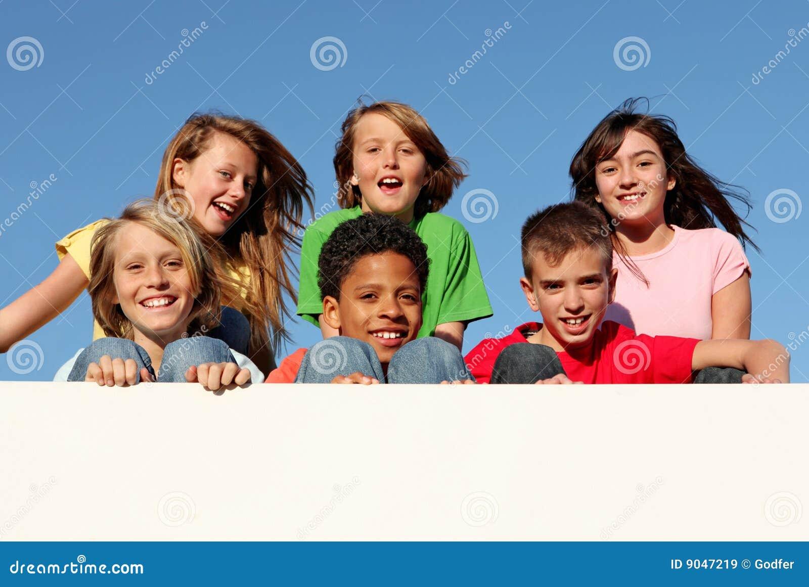 Grupo de miúdos com sinal ou a bandeira em branco