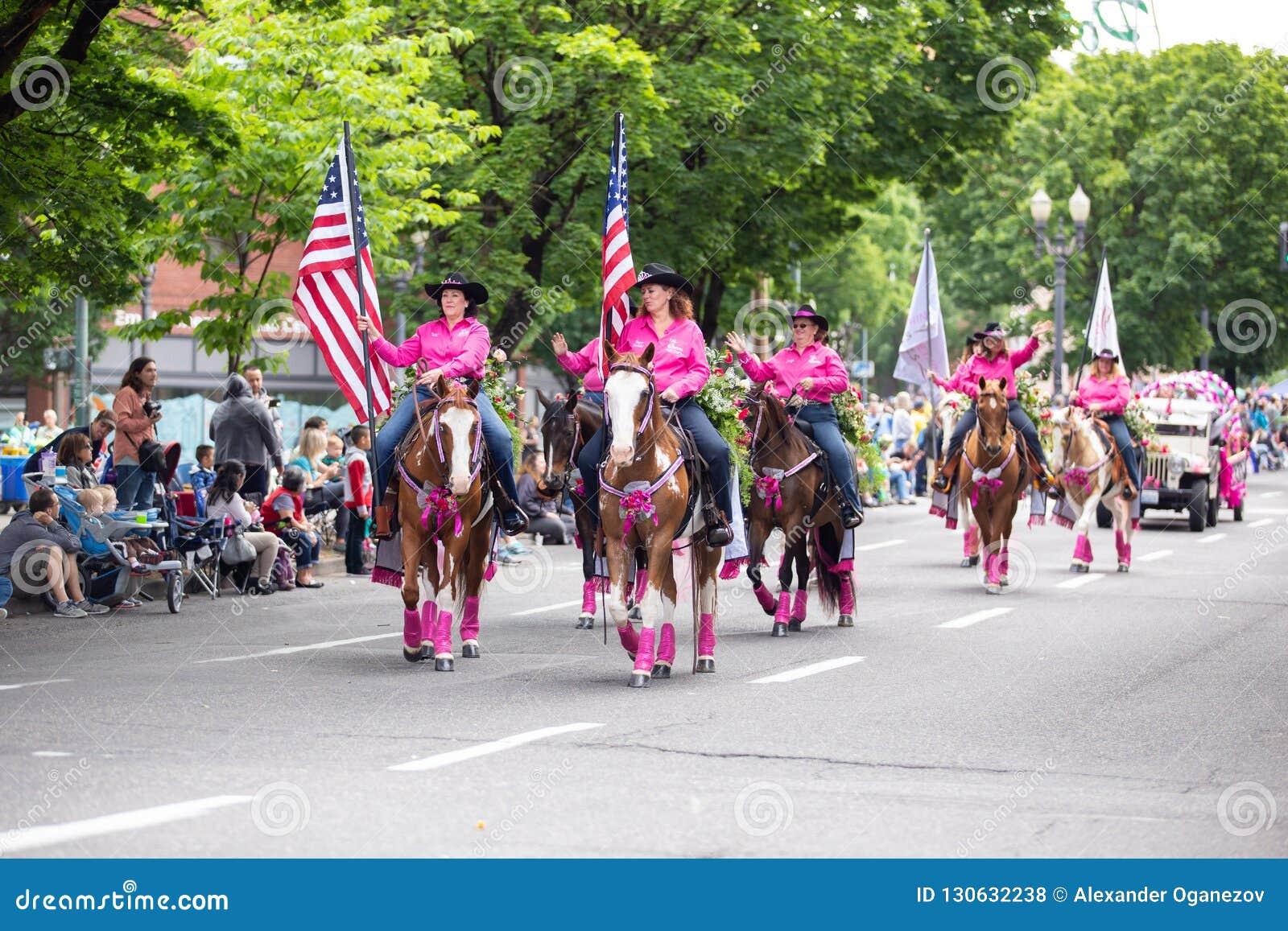 Grupo de mujeres adultas en trajes rosados del vaquero