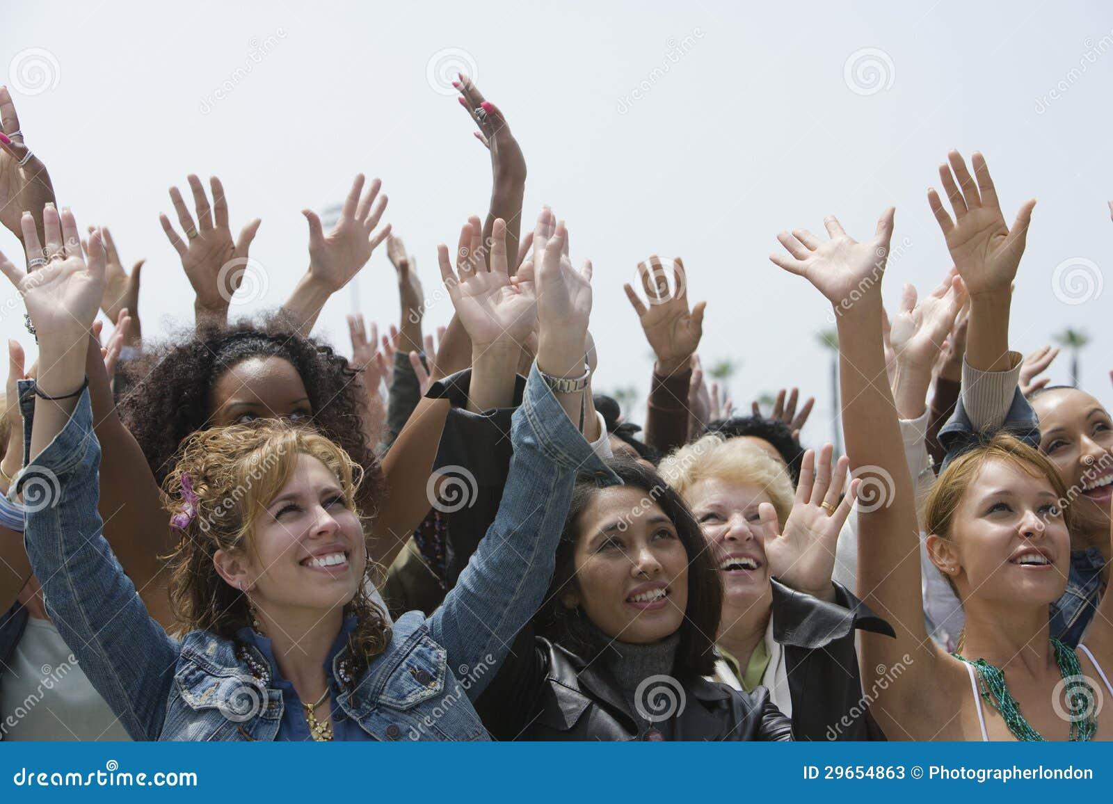 Grupo de mujeres que aumentan las manos
