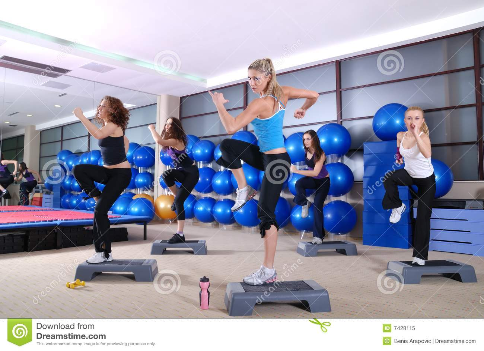 Grupo de mujeres que ejercitan en el club de aptitud.