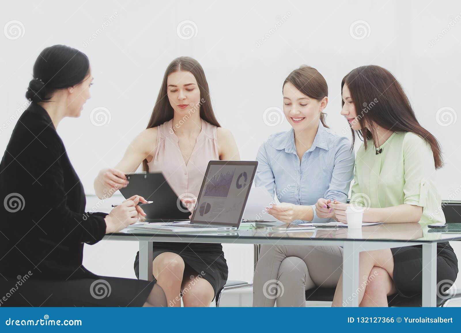 Grupo de mulher de negócio no encontro no escritório