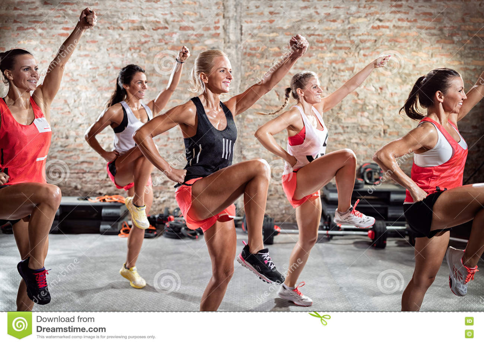 Grupo de mulher que faz o exercício