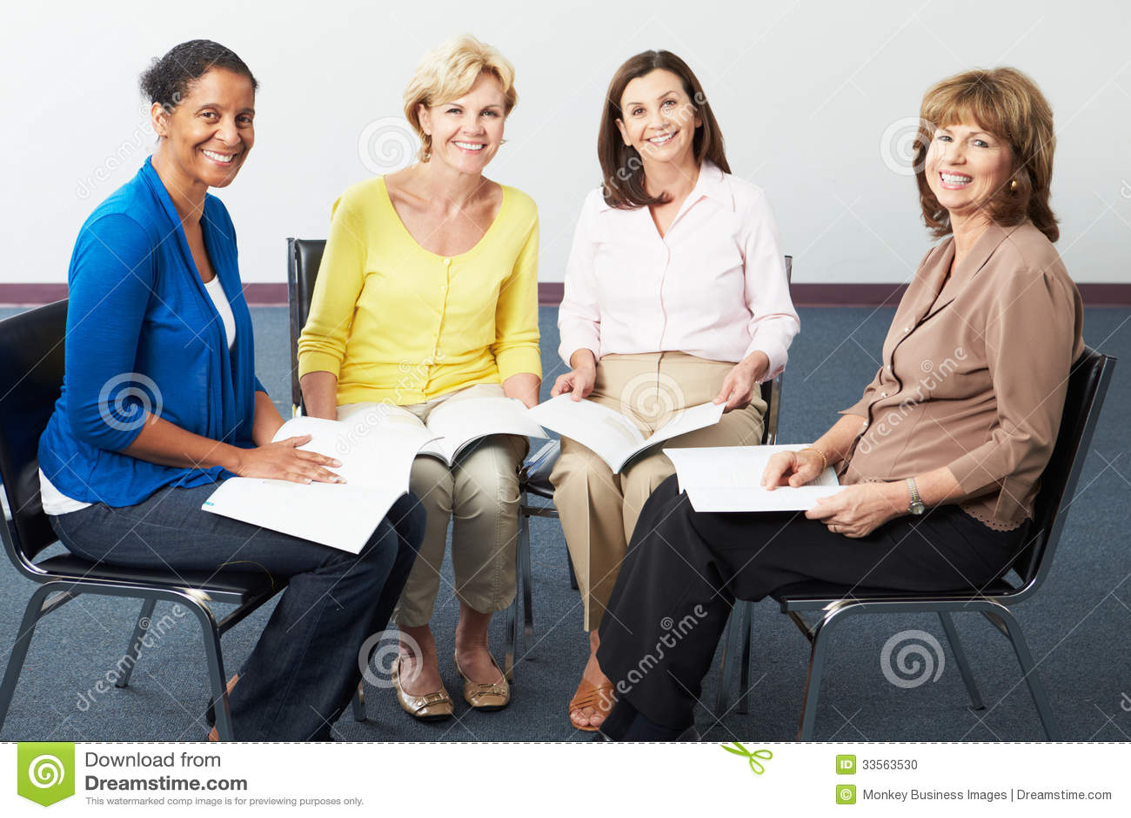 Grupo de mulheres no clube de leitura