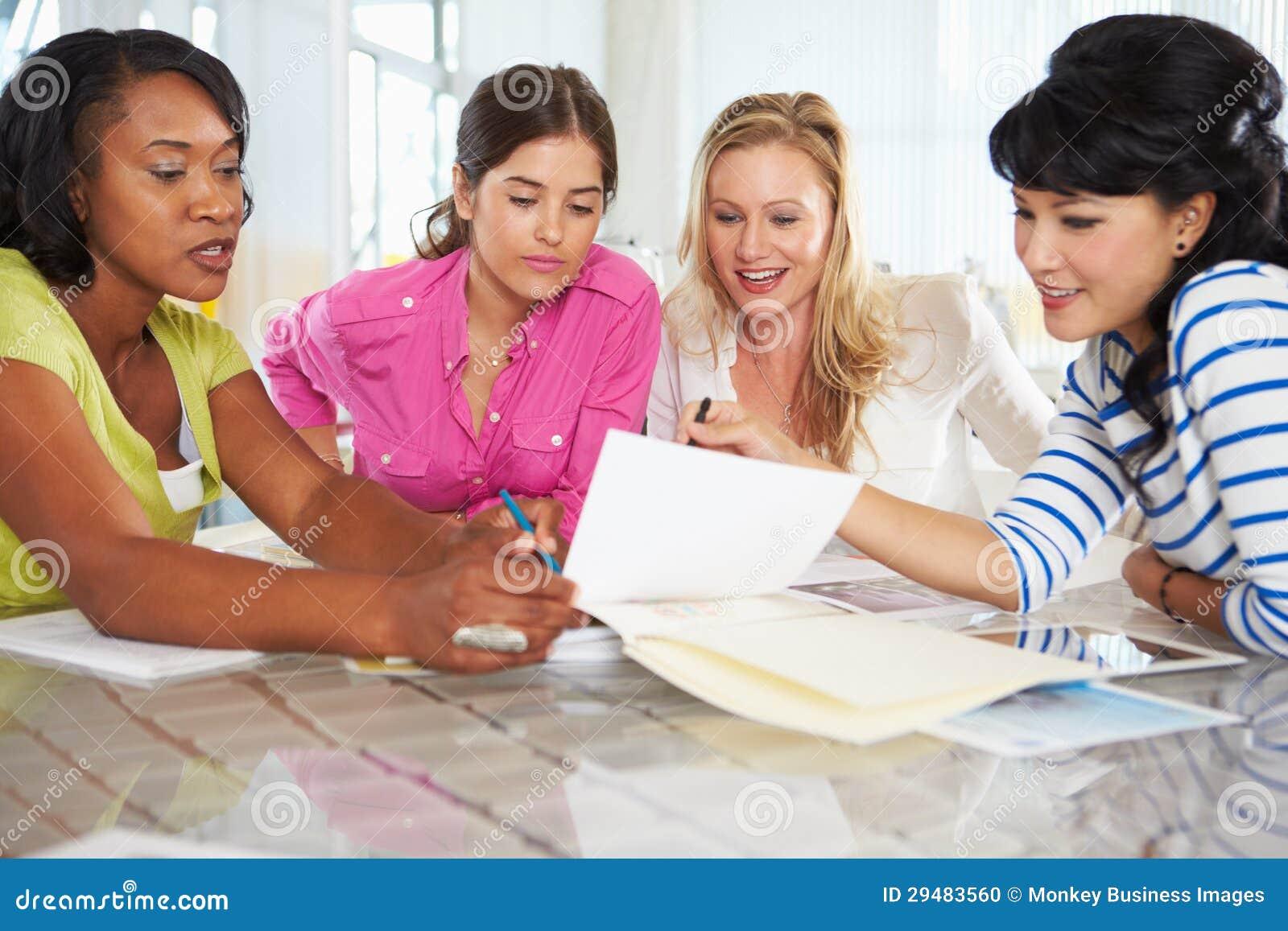 Grupo de mulheres que encontram-se no escritório criativo