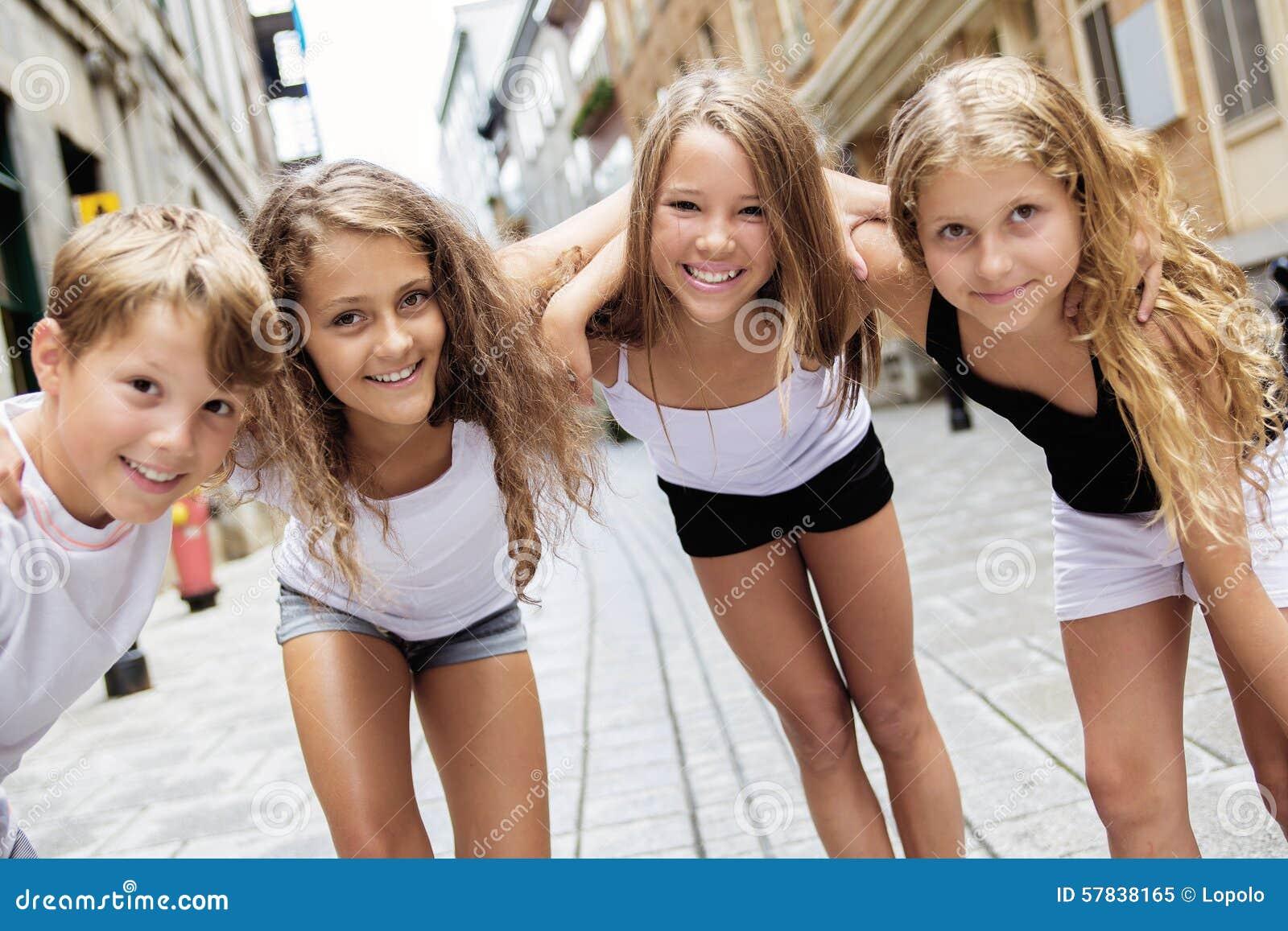 Grupo de niño en calle urbana
