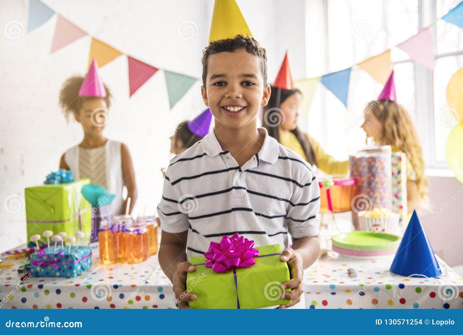Grupo de niños adorables que se divierten en la fiesta de cumpleaños Niño africano en el frente