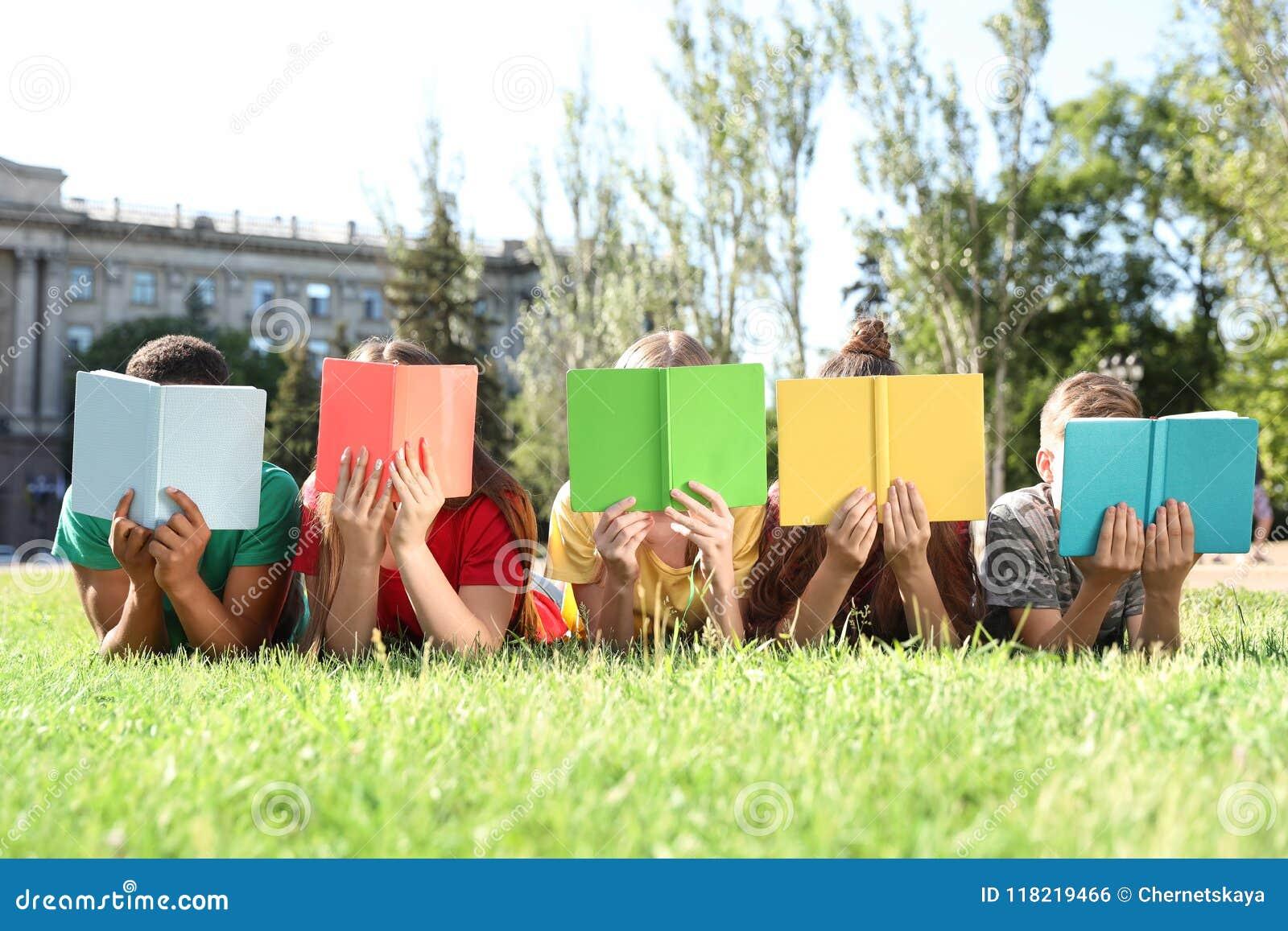 Grupo de niños con los libros al aire libre