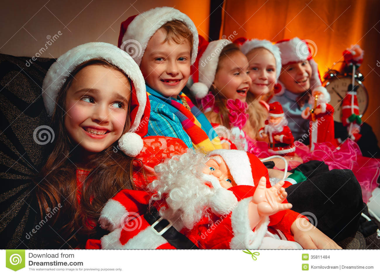 Grupo de niños con Santa Claus