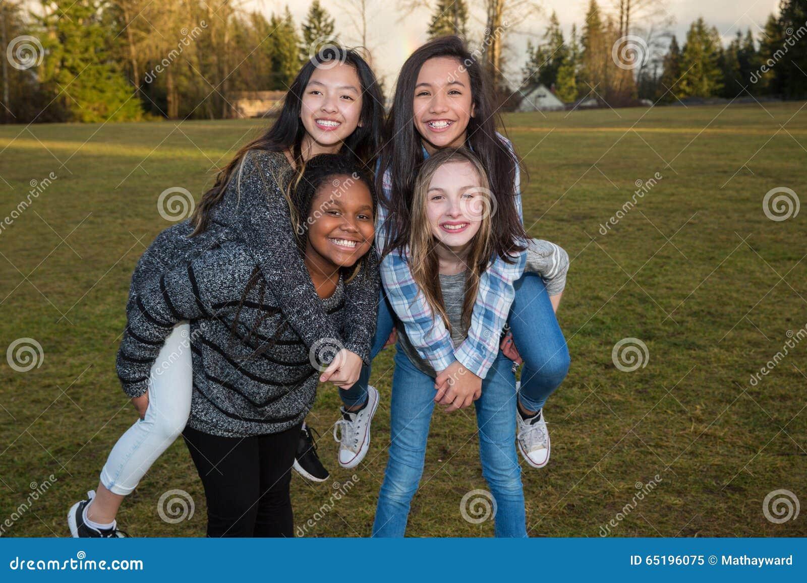 Grupo de niños felices que juegan afuera