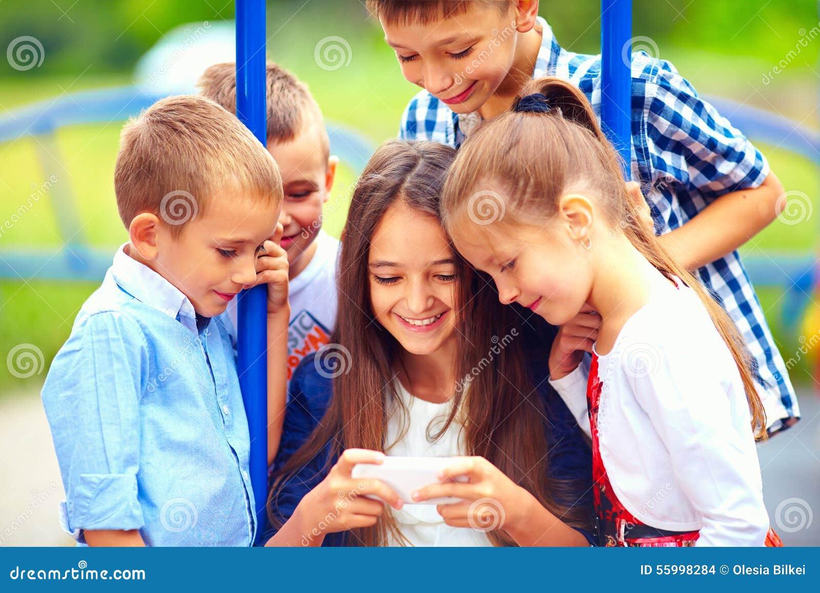 Grupo De Ninos Felices Que Juegan A Los Juegos Onlines Juntos Al