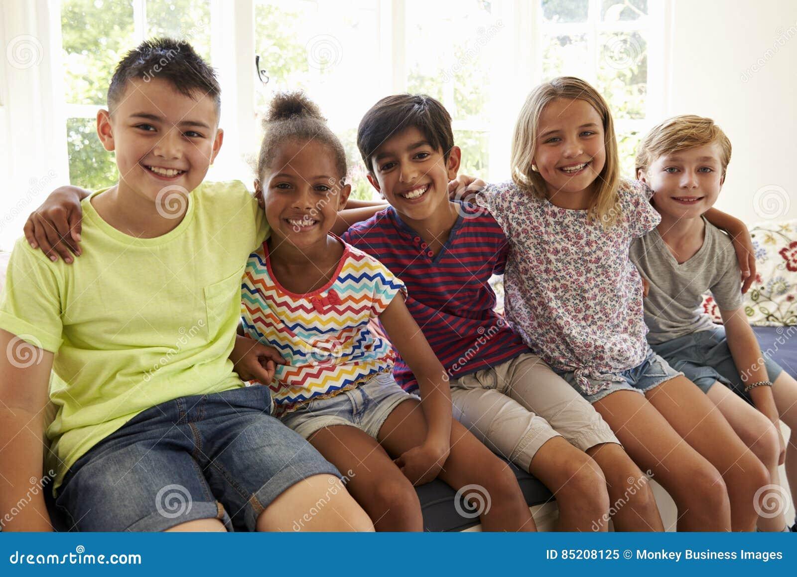 Grupo de niños multiculturales en la ventana Seat junto