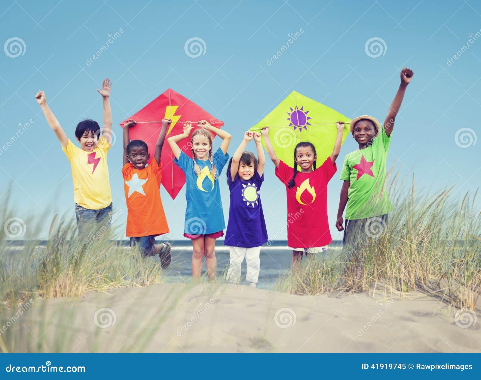 Grupo de niños que juegan en la playa