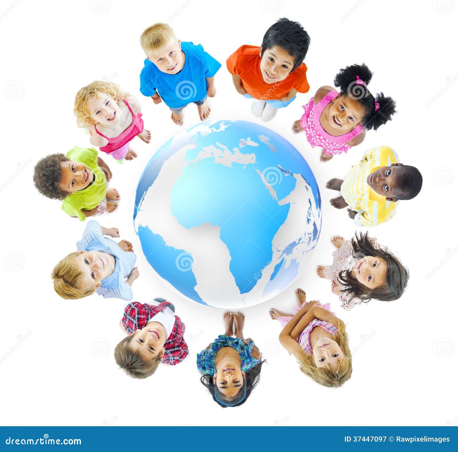 Grupo de niños que se colocan alrededor de mapa del mundo