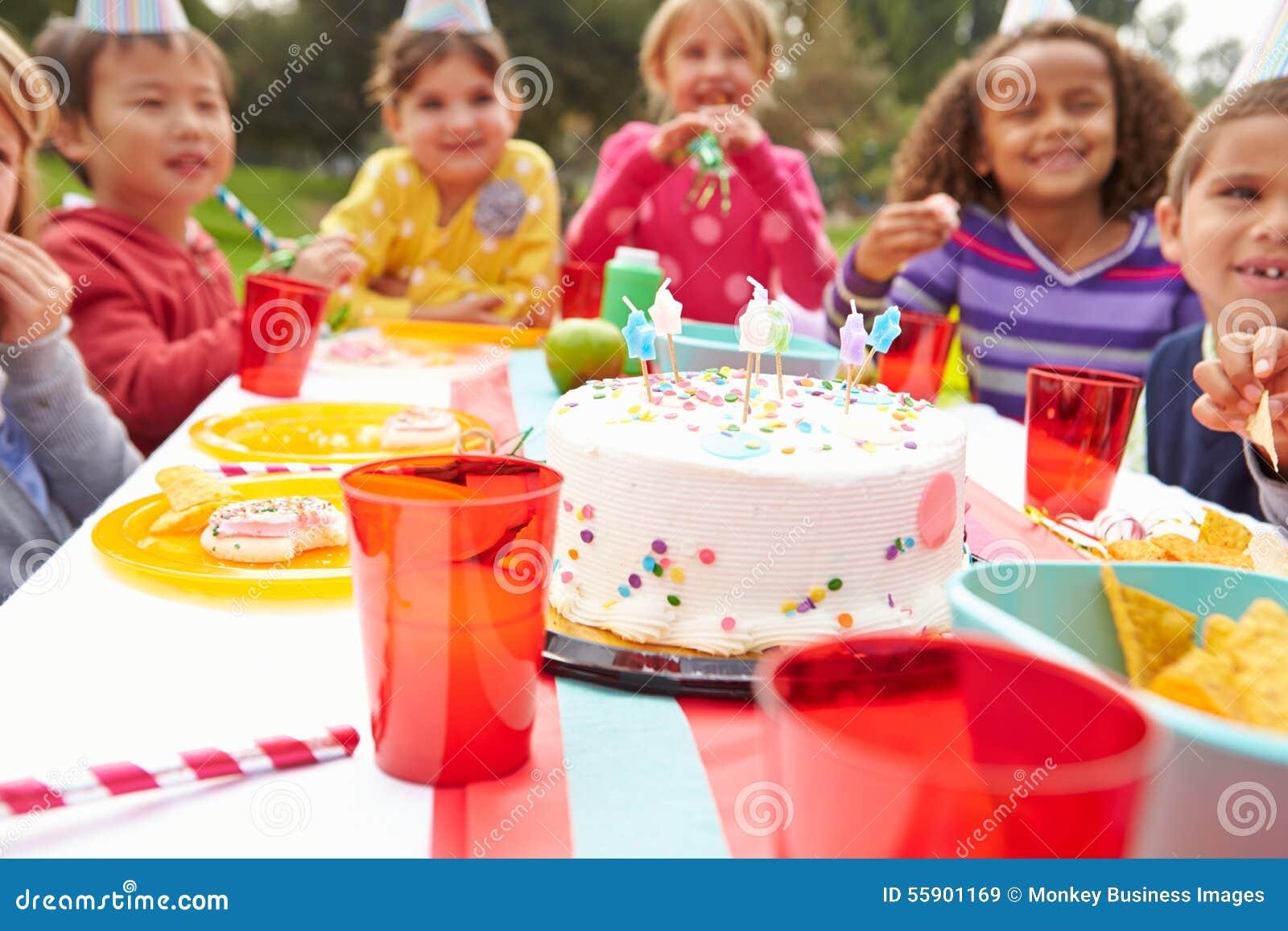 grupo de nios que tienen fiesta de cumpleaos al aire libre foto de archivo with tartas cumpleaos nios