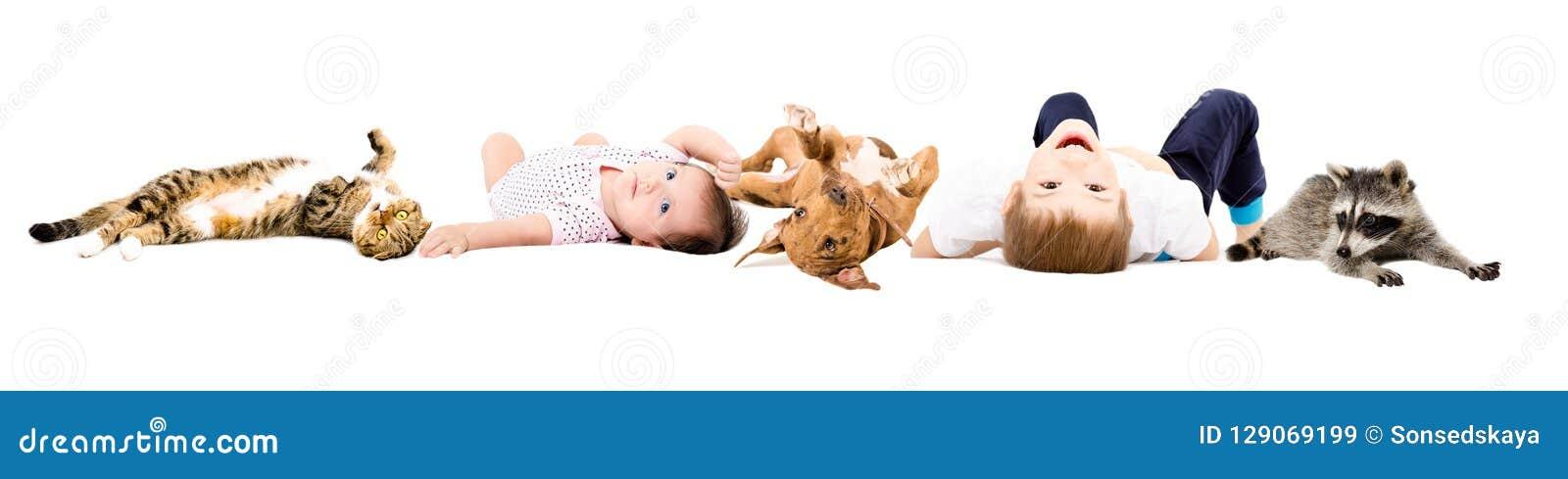 Grupo de niños y de animales domésticos lindos
