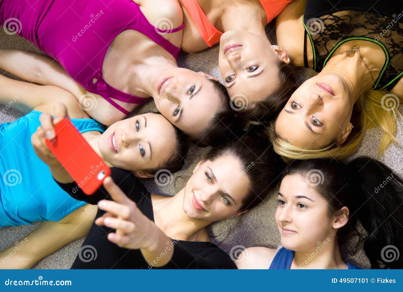 Grupo de novias deportivas hermosas que toman el selfie, uno mismo-portra