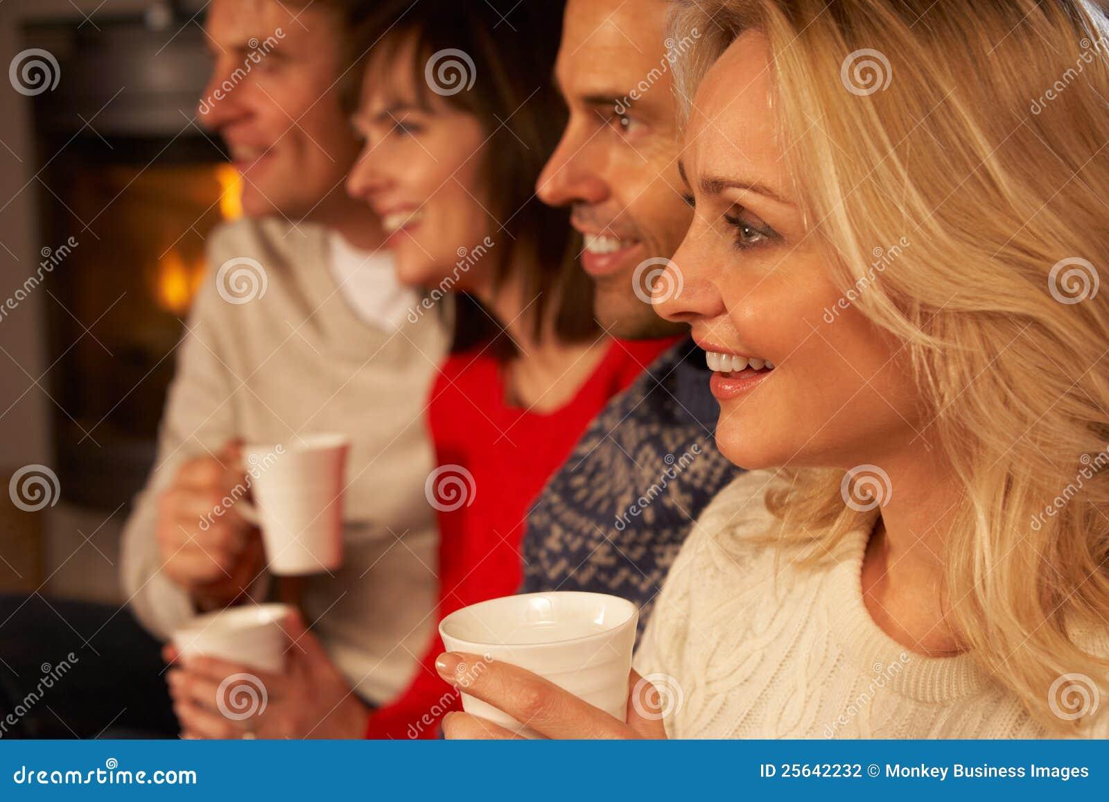 Grupo de pares envelhecidos médios com bebidas quentes