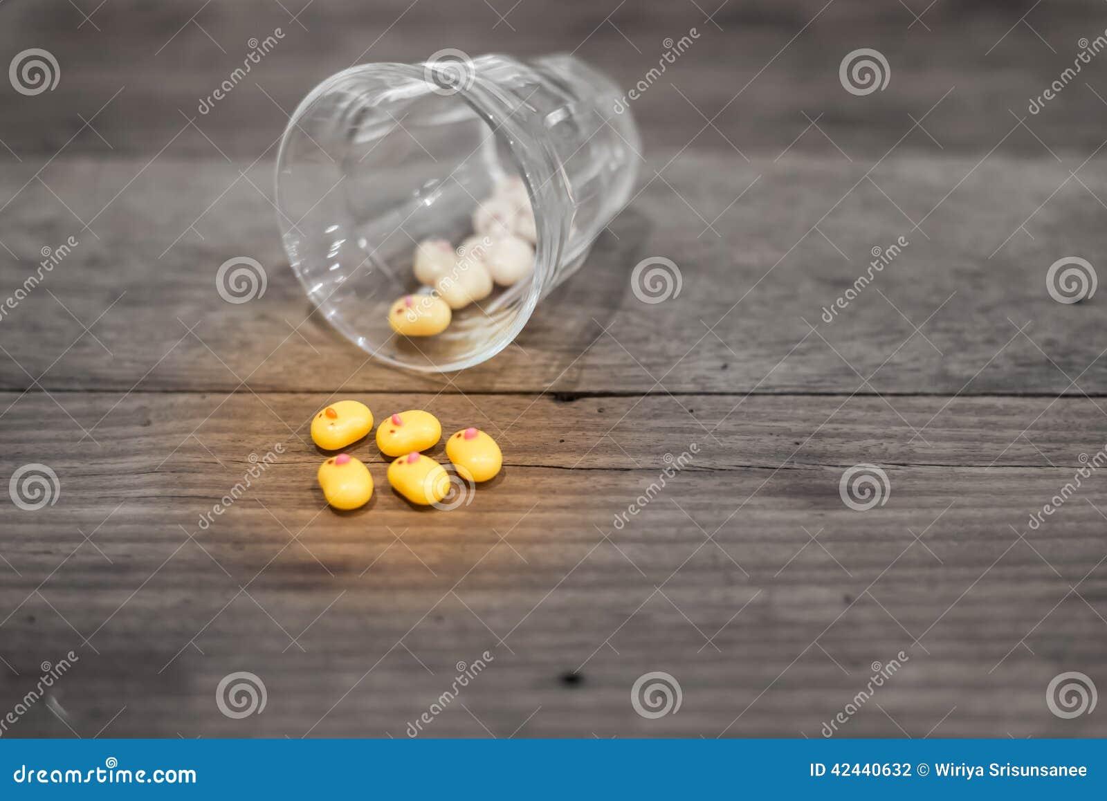 Grupo de pato amarillo con el vidrio