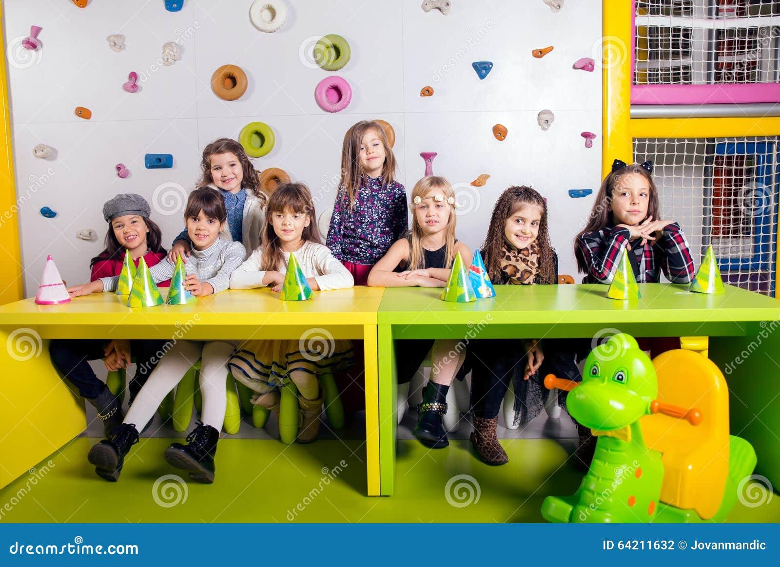 Grupo de pequeños niños que celebran cumpleaños
